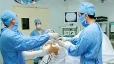 Phẫu thuật tái tạo dây chằng chéo sau khớp gối qua nội soi
