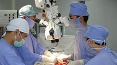 Điều trị di chứng liệt dây thần kinh ở chi trên bằng phẫu thuật chuyển gân